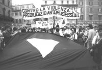"""""""manifestazione corteo del """"""""Movimento unitario omosessuale romano"""""""". Striscione: contro la violenza ed il pregiudizio omosessuale. (BN)"""""""