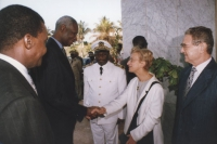 """""""Emma Bonino stringe la mano ad Abou Diouf (presidente della Repubblica Senegalese). Conferenza """"""""No peace without justice"""""""" - governo Senegal."""""""
