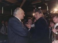 Marco Pannella e Mino Martinazzoli si stringono le mani sorridenti durante un congresso del PR (buona)