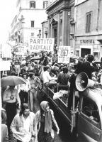 """Corteo contro la disinformazione operata dalla RAI. Marcia, vista dall'alto, striscioni: """"""""partito radicale"""""""", """"""""chi c'è dietro la TV?"""""""", """"""""riforma de"""