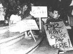 """""""Comizio al Pantheon contro il golpe in URSS. Spettatori del comizio, cartelli: """"""""W Gorbi"""""""", """"""""PR non chiude per ferie"""""""" (BN)"""" 1873bis"""