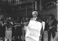 """Manifestazione radicale sotto l'ambasciata dell'URSS a Roma contro il Golpe in URSS. Pannella con cartello al collo: """"""""non riconoscere i golpisti. Com"""