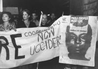 """""""Joan Baez (cantante folk statunitense) alla fiaccolata contro la pena di morte e per la vita di Paula Cooper dietro uno striscione: """"""""Coordinamento n"""