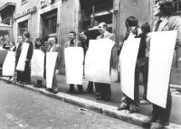 Ferro, Rutelli, Stanzani, Melega, Spadaccia, Rippa e altri militanti con cartelli al collo completamente bianchi stazionano davanti alla commissione p