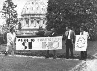 """Cicciomessere, Crivellini, Tessari e Melega nei giardini del Vaticano (in territorio vaticano) espongono uno striscione: """"""""aborto SI, concordato NO"""""""""""