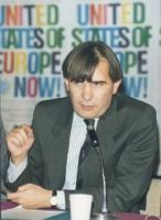 ritratto di Vitomir Cesmadziski (zagabria) alla Conferenza PR - Radio B 92 (Belgrado) per l'ingresso della Jugoslavia nella CEE. Sullo sfondo il manif