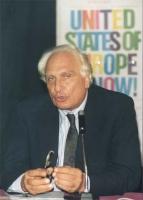 """Pannella alla Conferenza PR - Radio B 92 (Belgrado) per l'ingresso della Jugoslavia nella CEE Sullo sfondo, il manifesto: """"United States of Europe now"""