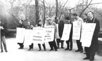 manifestazione di radicali ucraini contro la pena di morte, scritte in cirillico e logo PR (BN)