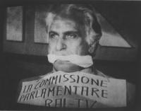 """""""Foto dalla TV. (bavaglio) Pannella imbavagliato con cartello al collo: """"""""la commissione di vigilanza RAI-TV ecc"""""""" durante una tribuna dei referendum"""