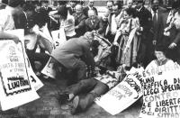 """""""Manifestazione di protesta contro le """"""""Leggi Cossiga"""""""". La polizia fa alzare bruscamente i militanti radicali in sit incatenati con cartelloni: """"""""Esa"""