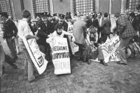 """""""Manifestazione di protesta, davanti a Palazzo Chigi, contro le """"""""Leggi Cossiga"""""""". La polizia fa alzare bruscamente i militanti radicali in sit. Calde"""