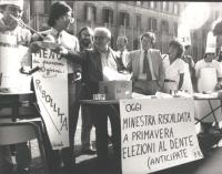 """""""Montecitorio. Manifestazione radicale """"""""la ribollita"""""""" in occasione della presentazione del governo Spadolini II. Tavolino con cartello: """"""""oggi mines"""