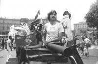Manifestazione contro la visita di Reagan in Italia. Cinquecento trasformata in carro armato con le sagome di Reagan e Breznev. Miltante con la t-shir