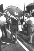 """""""Manifestazione contro la visita di Reagan (presidente USA) in Italia. Ombrello: """"""""No [sagoma di un missile], e non rompete [nuclei dell'atomo]"""""""" (BN)"""