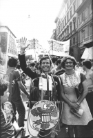 Manifestazione contro la visita di Reagan in Italia. Un partecipante al corteo camuffato da Reagan sorridente con consorte (BN)