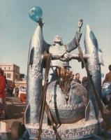 marcia di Pasqua '84 contro lo sterminio per fame per 3 milioni di vivi subito. Statua trainata durante il percorso raffigurante Cristo, due missili (