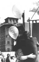 """""""marcia di Pasqua '84 contro lo sterminio per fame per 3 milioni di vivi subito. Due tizi di spalle si abracciano tenendo in mano palloncini: """"""""tre mi"""