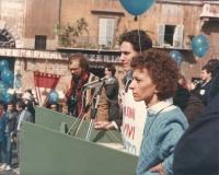 marcia di Pasqua '84 contro lo sterminio per fame per 3 milioni di vivi subito. Francesco Rutelli ed Emma Bonino sul palco per il comizio conclusivo
