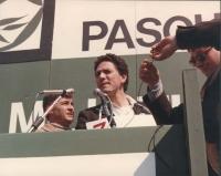 marcia di Pasqua '84 contro lo sterminio per fame per 3 milioni di vivi subito. Francesco Rutelli sul palco