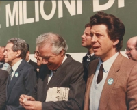 marcia di Pasqua '84 contro lo sterminio per fame per 3 milioni di vivi subito. Publio Fiori (deputato DC) sul palco insieme a Flaminio Piccoli (DC)
