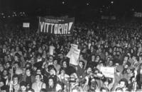 """""""Campagna referendaria sul divorzio. Festeggiamenti a Piazza Navona la notte della vittoria dei No al referendum. Striscione: """"""""Vittoria!"""""""", giornali:"""