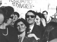 """""""Comizio divorzista a piazza del Popolo. Primissimo piano della folla, con cartello: """"""""vogliamo il divorzio"""" (BN)"""""""