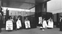 Paola Caravaggi, Turco, Andreani, Ferro e Bernardini manifestano con cartelli al collo davanti al portone della RAI TV a Saxa Rubra perché la RAI non