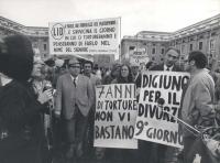 """""""Manifestazione della LID a San Pietro. Pannella con cartello: """"""""digiuno per il divorzio 9° giorno"""""""" e striscione: """"""""..e s'avvicina il giorno in cui c"""