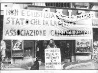 """""""manifestazione dell'associazione radicale giuridica di fronte al ministero di Giustizia. Striscione: """"""""non è giustizia quella di uno Stato che dà la"""