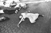 Ragazza e altri manifestanti sdraiati sull'asfalto (BN)