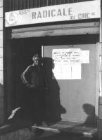 """""""Ingresso della associazione radicale XIII circoscrizione (Ostia). Cartello: """"""""oggi, 13 marzo 1982, quarto giorno di sciopero della fame per 14 profug"""