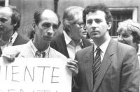 Antonio Stango e il dissidente sovietico Leonid Plioutsch (o: Plioush) manifestano all'ambasciata cinese a Roma contro lo sterminio di Piazza Tien An