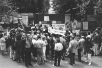 """""""Manifestazione di radicali, demoproletari, e verdi, davanti all'ambasciata cinese a Roma contro lo sterminio di Piazza Tien An Men a Pechino. Vista a"""