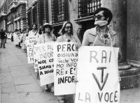 """""""corteo in fila indiana sul marciapiede di radicali imbavagliati con cartelli al collo: """"""""Perché digiuniamo? Perché vogliamo informare ed essere infor"""