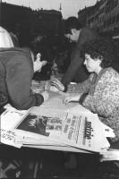 Raccolta firme ad un tavolo radicale a piazza Navona, nell'ambito della campagna per la conversione delle spese militare in interventi contro la fame