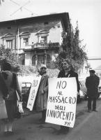 """""""manifestazione radicale all'ambasciata della Nigeria a Roma (contro l'espulsione degli immigrati di altre etnie africane dal paese). Militanti con ca"""