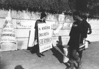 """""""manifestazione radicale all'ambasciata della Nigeria a Roma (contro l'espulsione dal paese di immigrati di altre etnie africane). Nediani con cartell"""