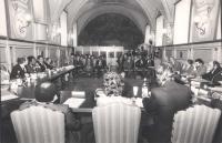 Convegno alla sala del Cenacolo, presumibilmente sui temi della campagna contro la fame nel mondo. Vista di insieme della sala. Fra gli altri: Massimo