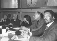 Convegno alla sala del Cenacolo, presumibilmente sui temi della fame nel mondo. Da sinistra: ????, Jean Cardonnel, S.Austen, Pannella, ambasciatore de