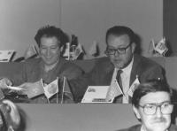 A destra: Claudio Petruccioli (PDS) seduto sul palco del 36° congresso PR II sessione, accanto a Marco Taradash. (BN)