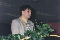 ritratto di Niky Vendola (deputato PRC) che parla dalla tribuna del 36° congresso PR II sessione