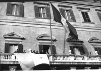La bandiera vaticana sventola dalla terrazza di palazzo Montecitorio. E' stata esposta dai deputati radicali (nella foto da sinistra: Teodori, Melega,