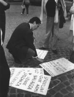 """Rutelli sceglie un cartello: """"Spadolini vende armi, Navarra vende speranza. PR"""", """"Alfonso Navarra è in Galera perchè lotta per la pace contro i mi"