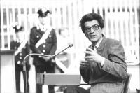 Toni Negri al banco degli imputati in aula. (BN)