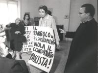 """""""Roberto Della Rovere con al collo un cartellone: """"""""il parroco del s.s.sacramento viola il concordato fascista!"""""""""""
