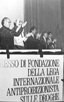 Congresso di fondazione della LIA (Lega Internazionale Antiproibizionista) nell'auletta dei gruppi parlamentari a Roma. (BN) in piedi applaudono Del G