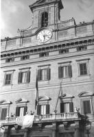 """""""""""""""Alzabandiera"""""""" la bandiera vaticana sventola dalla terrazza di palazzo Montecitorio. E' stata esposta dai deputati radicali per protestare contro i"""