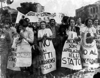 """""""anniversario della breccia di Porta Pia, marcia anticoncordataria del PR. Bonino e Marisa Galli con cartelli al collo: """"""""no ai patti Lateranensi"""""""", """""""