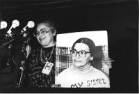 ritratto di Ilona Nudel che parla al congresso PR esponendo la gigantografia della sorella che non può uscire dall'URSS  (N) ottima