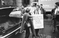 """""""Taradash e Bonino indossano cartelli : """"""""clean needles save lives. LIA"""""""" dopo essere stati condannati per aver ceduto siringhe sterili (fatto proibit"""